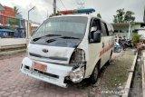 Ambulans tabrak mobil warga setelah terobos lampu merah