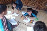 Anak usia Badui belajar menulis sambil bermain