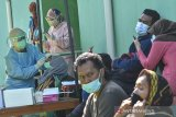 Petugas kesehatan melakukan tes cepat antigen kepada warga di UPTD Puskesmas Sambongpari, Kota Tasikmalaya, Jawa Barat, Senin (21/6/2021). Dinas Kesehatan Kota Tasikmalaya menggelar tes antigen secara massal kepada warga Sambongpari, Kecamatan Mangkubumi setelah terdapat 15 warga terkonfirmasi positif COVID-19 yang berasal dari klaster keluarga yang berwisata keluar daerah. ANTARA FOTO/Adeng Bustomi/agr