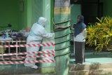 Petugas medis berkomunikasi di ruang isolasi COVID-19 RSUD Slamet Martodirjo, Pamekasan, Jawa Timur, Senin (21/6/2021). Dalam sepekan terakhir di Pamekasan  terjadi lonjakan kasus positif aktif COVID-19 dari dua orang menjadi 48 orang dari 40 tempat tidur yang disediakan RS tersebut, 31 diantaranya sudah terisi serta lima orang meninggal dunia dengan gejala mirip varian yang menyebar di Kudus dan Bangkalan. Antara Jatim/Saiful Bahri/zk