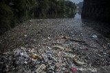 Kondisi sampah yang menutupi pertemuan antara Sungai Citepus dan Sungai Citarum di Kampung Bojong Citepus, Dayeuhkolot, Kabupaten Bandung, Jawa Barat, Senin (21/6/2021). Warga setempat berharap agar pemerintah terkait mengangkut sampah tersebut karena dikhawatirkan dapat menimbulkan berbagai macam penyakit. ANTARA FOTO/Raisan Al Farisi/agr