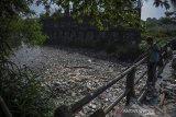 Warga mengambil sampah yang menutupi pertemuan antara Sungai Citepus dan Sungai Citarum di Kampung Bojong Citepus, Dayeuhkolot, Kabupaten Bandung, Jawa Barat, Senin (21/6/2021). Warga setempat berharap agar pemerintah terkait mengangkut sampah tersebut karena dikhawatirkan dapat menimbulkan berbagai macam penyakit. ANTARA FOTO/Raisan Al Farisi/agr