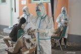 Petugas mengambil sampel lendir hidung calon aparatur sipil negara (CASN) dengan metode test usap antigen di kompleks gedung Dinas Kesehatan Kabupaten Tulungagung, Tulungagung, Jawa Timur, Senin (21/6/2021). Sebanyak 22 dari 127 CASN dan 6 dari 101 mentor pelatihan dasar ASN di lingkup Pemkab Tulungagung dinyatakan positif COVID-19 usai dilakukan tes usap antigen masal, menyusul ditemukannya 47 CASN sebelumnya yang lebih dulu terkonfirmasi positif COVID-19 usai mengikuti Latsar ASN di Surabaya, 27 Mei - 15 Juni 2021. Antara Jatim/Destyan Sujarwoko/zk