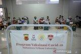 Tenaga kesehatan menyuntikan vaksin COVID-19 kepada seorang mahasiswa di Kampus Universitas Telkom, Bojongsoang , Kabupaten Bandung, Jawa Barat, Senin (21/6/2021). Universitas Telkom menyediakan sebanyak 3.000 dosis vaksin bagi mahasiswa dan pegawai kampus guna mempercepat program vaksinasi nasional. ANTARA FOTO/Raisan Al Farisi/agr