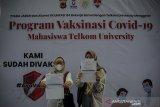 Dua orang mahasiswi menunjukan sertifikat vaksinasi usai menjalani vaksinasi COVID-19 di Kampus Universitas Telkom, Bojongsoang , Kabupaten Bandung, Jawa Barat, Senin (21/6/2021). Universitas Telkom menyediakan sebanyak 3.000 dosis vaksin bagi mahasiswa dan pegawai kampus guna mempercepat program vaksinasi nasional. ANTARA FOTO/Raisan Al Farisi/agr