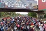 Ribuan warga demo menolak penyekatan Suramadu di Balai Kota Surabaya