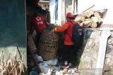 Relawan Palang Merah Indonesia (PMI) dan Satgas Jumantik sedang mengamati kemungkinan adanya jentik nyamuk di sekitar rumah warga di Desa Sokaraja, Kecamatan Pagentan, Kabupaten Banjarnegara, Jawa Tengah. (Antara/HO/PMI/IFRC).