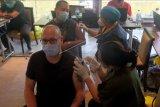 Vaksinator menyuntikkan vaksin COVID-19 kepada Warga Negara Asing (WNA) yang menjalani vaksinasi dosis kedua di wilayah Sanur, Denpasar, Bali, Selasa (22/6/2021). Sebanyak 537 orang WNA yang menerima vaksin dosis pertama pada bulan Maret 2021 tersebut saat ini menjalani vaksinasi dosis kedua untuk mencapai