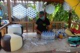 PRODUKSI SOFA BERBAHAN BOTOL PLASTIK BEKAS DI ACEH. Pekerja menyelesaikan pembuatan produk furnitur berbahan botol plastik bekas saat proses produksi  di home industri Sofa Botol Plastik (Sobotik) ) desa Lampaseh Aceh, Kecamatan Meuaxa, Banda Aceh, Aceh, Sabtu (19/6/2021). Usaha kreatif  produk furnitur berbahan baku botol plastik bekas yang mulai dikembangkan sejak pandemi COVID-19 itu dipasarkan secara online dengan harga kisaran Rp350.00 per unit. ANTARA FOTO/Ampelsa.