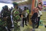 Personel gabungan TNI/Polri memberikan imbauan kepada pengelola toserba saat patroli pengawasan protokol kesehatan di Indramayu, Jawa Barat, Selasa (22/6/2021). Pemerintah akan memperkuat Pemberlakuan Pembatasan Kegiatan Masyarakat (PPKM) skala mikro selama 14 hari, yakni mulai 22 Juni hingga 5 Juli 2021 untuk mengurangi menularan COVID-19. ANTARA FOTO/Dedhez Anggara/agr