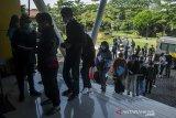Warga mengantre untuk pendaftaran vaksinasi massal COVID-19 di Cimahi Techno Park, Cimahi, Jawa Barat, Selasa (22/6/2021). Sedikitnya 2000 warga Kota Cimahi perhari dari usia 18 tahun hingga lansia disuntikkan vaksin COVID-19 dosis pertama guna percepatan vaksinasi yang digelar selama tiga hari oleh Polres Cimahi dan Pemerintah kota Cimahi. ANTARA FOTO/Novrian Arbi/agr