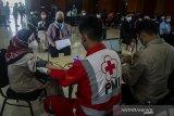 Petugas tenaga kesehatan memeriksa kesehatan warga untuk pemberian vaksin COVID-19 saat vaksinasi massal di Cimahi Techno Park, Cimahi, Jawa Barat, Selasa (22/6/2021). Sedikitnya 2000 warga Kota Cimahi perhari dari usia 18 tahun hingga lansia disuntikkan vaksin COVID-19 dosis pertama guna percepatan vaksinasi yang digelar selama tiga hari oleh Polres Cimahi dan Pemerintah kota Cimahi. ANTARA FOTO/Novrian Arbi/agr