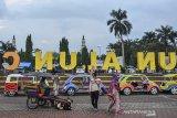 Suasana aktivitas warga saat pandemi COVID-19 di Alun-alun Ciamis, Jawa Barat, Selasa (22/6/2021). Pemerintah akan merevisi pertumbuhan ekonomi triwulan II - 2021 lebih rendah dari yang sebelumnya diproyeksikan berkisar 7,1 - 8,3 persen akibat kenaikan kasus COVID-19. ANTARA FOTO/Adeng Bustomi/agr