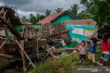 Sejumlah anak melihat kondisi ruang kelas yang atapnya runtuh di Madrasah Ibtidaiyah Riyadus Sibyan, Lebak, Banten, Senin (21/6/2021). Hujan deras disertai angin kencang yang terjadi dalam beberapa hari di daerah itu menyebabkan atap dan tembok dua ruang kelas sekolah tersebut roboh pada hari Minggu (20/6) kemarin sekitar pukul 15.30 WIB. ANTARA FOTO/Muhammad Bagus Khoirunas/rwa.