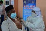 TARGET VAKSINASI LANSIA. Petugas kesehatan melakukan vakasinasi terhadap warga lanjut usia saat berlangsung vaksinasi masal di Banda Aceh, Senin (21/6/2021). Pemerintah Aceh manargetkan vaksinasi lansia sebanyak 435.651 orang, sedangkan realisasinya hingga per 18 Juni 2021 baru mencapai 1,7 persen untuk vaksin dosis pertama dan vaksin dosis kedua sebanyak 2.309 orang. ANTARA FOTO/Ampelsa