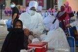 TARGET VAKSINASI LANSIA ACEH. Petugas kesehatan melakukan vakasinasi terhadap warga lanjut usia saat berlangsung vaksinasi masal di Banda Aceh, Senin (21/6/2021). Pemerintah Aceh manargetkan vaksinasi lansia sebanyak 435.651 orang, sedangkan realisasinya hingga per 18 Juni 2021 baru mencapai 1,7 persen untuk vaksin dosis pertama dan vaksin dosis kedua sebanyak 2.309 orang. ANTARA FOTO/Ampelsa