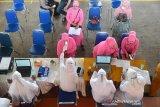VAKASINASI HUT BHAYANGKARA POLRI. Sejumlah Ibu Bhayangkari mengikuti vaksinasi Covid-19  di Gedung Serba Guna Stadion Harapan Bangsa, Banda Aceh, Senin (21/6/2021). Vaksinasi masal anggota Bhayangkari dalam rangkaian kegiatan HUT Bhayangkara Polri itu untuk mencegah penyebaran dan menekan lonjakan kasus COVID-19. ANTARA FOTO/Ampelsa.