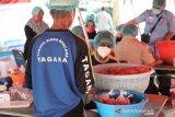 Mensos Risma bagikan telur, sehatkan masyarakat di masa pandemi COVID-19