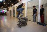 Pemain skateboard melakukan atraksi melompati papan skateboard di Marchand Hype Station, Tangerang Selatan, Banten, Senin (21/6/2021). Kegiatan yang diikuti oleh berbagai komunitas skateboard dari berbagai daerah tersebut untuk merayakan Hari Skateboard Internasional yang digelar di tengah mewabahnya virus SARS-CoV-2 penyebab COVID-19. ANTARA FOTO/Fauzan/wsj.
