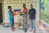 TNI bagi kelambu anti nyamuk malaria ke warga kampung Sawoi