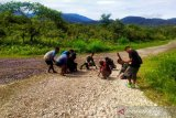 Satgas TNI Yonif 403 bersama warga Kutdoi Oksibil bersihkan jalan Trans Papua