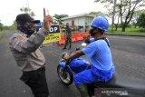 Petugas keamanan dibantu personel TNI memeriksa warga yang akan masuk di salah satu kompleks perumahan yang dilakukan karantina wilayah di Indramayu, Jawa Barat, Rabu (23/6/2021). Karantina wilayah dilakukan untuk membatasi kegiatan masyarakat di lingkungan itu dan memutus mata rantai penyebaran COVID-19. ANTARA FOTO/Dedhez Anggara/agr