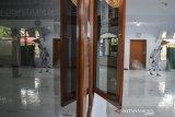 Relawan dari komunitas Republik Aer menyemprotkan cairan disinfektan di Masjid Muhajirin, Kota Tasikmalaya, Jawa Barat, Rabu (23/6/2021). Penyemprotan tersebut dilakukan untuk mengantisipasi penyebaran COVID-19 setelah empat orang terkonfirmasi positif COVID-19, diantaranya imam masjid beserta pengurus. ANTARA FOTO/Adeng Bustomi/agr
