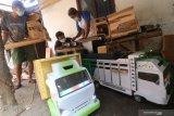 Perajin menyelesaikan pembuatan miniatur truk di Desa Pohrubuh, Kediri, Jawa Timur, Rabu (23/6/2021). Kerajinan berbahan baku kayu jati tersebut dipasarkan melalui media sosial seharga Rp500 ribu hingga Rp1 juta per unit tergantu ukuran. Antara Jatim/Prasetia Fauzani/zk