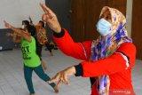 Seorang pelatih melatih tari kreasi untuk anak-anak di Gedung Dewan Kesenian Malang, Jawa Timur, Rabu (23/6/2021). Kegiatan untuk mengisi waktu saat libur sekolah tersebut bertujuan melatih gerak motorik anak sekaligus mengurangi aktivitas bermain gawai. Antara Jatim/Ari Bowo Sucipto/zk