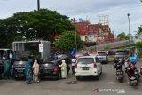 PEMERINTAH PERKUAT PPKM MIKRO. Sejumlah wisatawan mengunjungi objek wisata Kapal PLTD Apung di Banda Aceh, Aceh, Rabu (23/6/2021). Pemerintah memperkuat pelaksanaan Pemberlakuan Pembatasan Kegiatan Masyarakat (PPKM) berskala Mikro mulai 22 Juni hingga 5 Juli 2021, salah satunya mengatur kegiatan di area publik dalam wilayah beresiko tinggi penularan COVID-19 (zona merah)  dengan ketentuan menutup untuk sementara tempat wisata, fasilitas umum, taman dan area publik lainnya sampai kondisinya aman. ANTARA FOTO/Ampelsa.