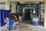 Sejumlah pasien menjalani perawatan di pelataran IGD Rumah Sakit Umum Daerah (RSUD) dr Soekardjo, Kota Tasikmalaya, Jawa Barat, Rabu (23/6/2021). Pasien terpaksa antre bahkan belasan diantaranya terpaksa menunggu di lorong IGD dikarenakan ruang isolasi COVID-19 di RSUD dr Soekardjo penuh dengan Bad Occupancy Rate (BOR) melebihi 100 persen. ANTARA FOTO/Adeng Bustomi/agr