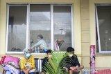 Sejumlah pasien menjalani perawatan di lorong IGD Rumah Sakit Umum Daerah (RSUD) dr Soekardjo, Kota Tasikmalaya, Jawa Barat, Rabu (23/6/2021). Akibat ruang isolasi COVID-19 di RSUD dr Soekardjo penuh dengan Bad Occupancy Rate (BOR) melebihi 100 persen, mereka terpaksa mengantre, bahkan belasan di antaranya terpaksa menunggu di lorong IGD lantaran masuk dalam daftar tunggu untuk dipindahkan ke ruang isolasi. ANTARA FOTO/Adeng Bustomi/agr