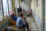 Sejumlah pasien menjalani perawatan di lorong IGD Rumah Sakit Umum Daerah (RSUD) dr Soekardjo, Kota Tasikmalaya, Jawa Barat, Rabu (23/6/2021). Pasien terpaksa antre bahkan belasan diantaranya terpaksa menunggu di lorong IGD dikarenakan ruang isolasi COVID-19 di RSUD dr Soekardjo penuh dengan Bad Occupancy Rate (BOR) melebihi 100 persen. ANTARA FOTO/Adeng Bustomi/agr