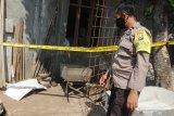 Polisi mengamati mortir yang tertutup karung di Kelurahan Campurejo, Kota Kediri, Jawa Timur, Rabu (23/6/2021). Mortir sepanjang kurang lebih 30 centimeter yang diduga peninggalan masa perang dunia 2 dan masih aktif tersebut ditemukan 60 centimeter dari dalam tanah saat warga membuat pondasi rumah. Antara Jatim/Prasetia Fauzani/zk