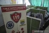 Petugas unit pelayanan keselamatan darurat COVID-19 melayani masyarakat melalui sambungan telfon di Gedung PSC 119, Bandung, Jawa Barat, Rabu (23/6/2021). Data dari PSC 119 mencatat, sejak 20 Juni 2021, unit pelayanan keselamatan darurat COVID-19 telah melayani sebanyak 1.059 penanganan atau sekitar 10 penanganan kasus COVID-19 per hari di wilayah Kota Bandung. ANTARA FOTO/Raisan Al Farisi/agr