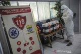 Seorang perawat pelaksana unit pelayanan keselamatan darurat COVID-19 menyiapkan peralatan kesehatan di Gedung PSC 119, Bandung, Jawa Barat, Rabu (23/6/2021). Data dari PSC 119 mencatat, sejak 20 Juni 2021, unit pelayanan keselamatan darurat COVID-19 telah melayani sebanyak 1.059 penanganan atau sekitar 10 penanganan kasus COVID-19 per hari di wilayah Kota Bandung. ANTARA FOTO/Raisan Al Farisi/agr