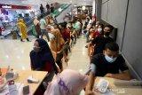 VAKSINASI PRAMUNIAGA PASAR SWALAYAN. Petugas medis melakukan cek kesehatan terhadap pramuniaga sebelum dilanjutkan vaksinasi COVID-19 di salah satu Pasar Swalayan, Banda Aceh, Selasa (22/6/2021). Vaksinasi COVID-19 terhadap pramuniaga di pasar swalayan itu dalam upaya mencegah penyebaran COVID-19. Ampelsa/ANTARA FOTO.