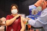 VAKSINASI PRAMUNIAGA PASAR SWALAYAN. Petugas medis menyntukan vaksin COVID-19 kepada  pramuniaga  di salah satu Pasar Swalayan, Banda Aceh, Selasa (22/6/2021). Vaksinasi COVID-19 terhadap pramuniaga di pasar swalayan itu dalam upaya mencegah penyebaran COVID-19. Ampelsa/ANTARA FOTO.