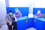 Seorang mahasiswa Universitas Pancasila  ketika mendapatkan Vaksinasi Covid-19 Indonesia Bangkit.