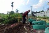Petugas lingkungan buat kuburan palsu cegah warga buang sampah sembarangan
