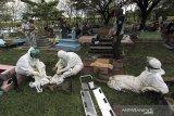 Petugas beristirahat setelah memakamkan jenazah dengan protokol COVID-19 di Tempat Pemakaman Umum (TPU) Kelurahan Paoman, Indramayu, Jawa Barat, Kamis (24/6/2021). Satgas penanganan COVID-19 melaporkan kasus konfirmasi positif hingga Rabu (23/6/2021) meningkat mencapai 2.033.421 kasus sedangkan kasus meninggal akibat COVID-19 menembus 55.594 jiwa. ANTARA FOTO/Dedhez Anggara/agr