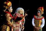 Seniman Sanggar Seni Dharmawangsa Klungkung menampilkan pagelaran kesenian Topeng Prembon bertajuk