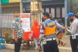 Relawan SIBAT Palang Merah Indonesia (PMI) dan beberapa petugas Dishub sedang berkoordinasi di Cisarua, Jawa Barat. Antara/HO/PMI/IFRC).
