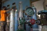Pekerja mengisi ulang tabung oksigen medis di salah satu agen isi ulang oksigen, Bandung, Jawa Barat, Kamis (24/6/2021). Permintaan isi ulang dan pembelian tabung oksigen kebutuhan medis rumahan dan rumah sakit terus mengalami peningkatan hingga 50 persen atau dari 100 tabung menjadi 250 tabung perhari sejak lonjakan kasus COVID-19 di Bandung Raya. ANTARA JABAR/Novrian Arbi/agr