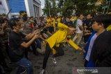 Massa yang tergabung dalam Badan Eksekutif Mahasiswa (BEM) saling dorong dengan pihak kepolisian saat aksi unjuk rasa di kawasan Jalan Lambung Mangkurat, Banjarmasin, Kalimantan Selatan, Kamis (24/6/2021). Aksi menyerukan menolak adanya pelemahan terhadap lembaga antirasuah, Komisi Pemberantasan Korupsi (KPK) tersebut sempat terjadi kericuhan akibat Ketua DPRD Kalsel Supian HK yang tak kunjung datang menemui para demonstran, sesuai tuntutan mereka. Foto Antaranews Kalsel/Bayu Pratama S.