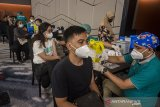 Petugas tenaga kesehatan menyuntikkan Vaksin COVID-19 kepada pegawai pusat perbelanjaan saat vaksinasi massal di Pullman Bandung Grand Central Hotel, Bandung, Jawa Barat. Kamis (24/6/2021). Sedikitnya 2000 pegawai dan pedagang pusat perbelanjaan di Bandung mendapatkan dosis Vaksin COVID-19 yang digelar oleh Asosiasi Pengelola Pusat Belanja Indonesa Jawa Barat guna percepatan vaksinasi yang merata di Indonesia. ANTARA FOTO/Novrian Arbi/agr