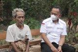 Wakil Bupati Pringsewu berikan bantuan kepada Mbah Karsim