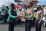 Dirlantas Polda Lampung distribusikan paket sembako untuk ojek online