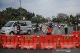 Petugas menutup akses jalan menuju Jalan Soekarno-Hatta di perbatasan antara Kabupaten Bandung dan Kota Bandung, Jawa Barat, Jumat (25/6/2021). Pemerintah Kota Bandung kembali menutup sejumlah ruas jalan protokol di Kota Bandung hingga 1 Juli 2021 dalam rangka pengetatan aktivitas masyarakat untuk menekan angka penyebaran COVID-19 di Kota Bandung yang saat ini berstatus zona merah. ANTARA FOTO/Raisan Al Farisi/agr