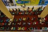 Sejumlah calon penerima vaksin antre sebelum mengikuti vaksinasi COVID-19 di Duta Mall, Banjarmasin, Kalimantan Selatan, Jumat (25/6/2021). Polresta Banjarmasin dan Dokter Kesehatan Polda Kalimantan Selatan bekerja sama dengan pengelola Duta Mal Banjarmasin menggelar vaksinasi COVID-19 untuk masyarakat umum dan karyawan mal sebagai upaya menyukseskan program pemerintah target sejuta penyuntikkan vaksin per hari. Foto Antaranews Kalsel/Bayu Pratama S.